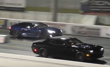 Nghet tho xem cuoc dua giua Tesla Model S va Dodge Challenger - Anh 1