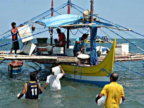 Ngu dan Philippines quay lai Scarborough, khong bi Trung Quoc ngan can - Anh 1