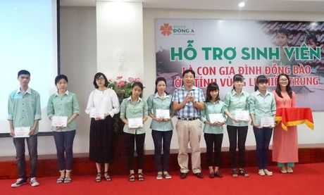 Hang tram suat hoc bong danh cho sinh vien vung lu - Anh 1