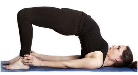 6 dong tac yoga don gian tot cho chuyen yeu - Anh 2