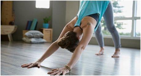 6 dong tac yoga don gian tot cho chuyen yeu - Anh 4