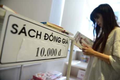 Sach 10.000 dong ben trong gian hang 500 m o Sai Gon - Anh 10