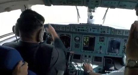 Kim Jong-un lai may bay - Anh 1
