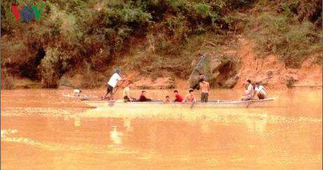 Quang Binh: Tim thay thi the hoc sinh bi cuon troi khi qua dap tran - Anh 1