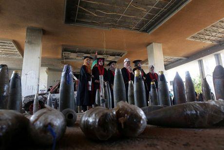 Le tot nghiep trong truong dai hoc bi danh bom o Libya - Anh 4