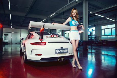 Ngam than hinh dong ho cat sexy ben Porsche 911 GT3 - Anh 10