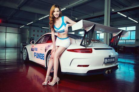 Ngam than hinh dong ho cat sexy ben Porsche 911 GT3 - Anh 11
