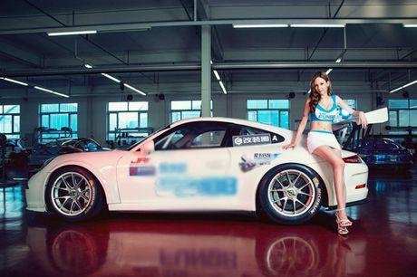 Ngam than hinh dong ho cat sexy ben Porsche 911 GT3 - Anh 12
