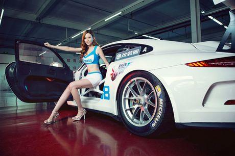 Ngam than hinh dong ho cat sexy ben Porsche 911 GT3 - Anh 14
