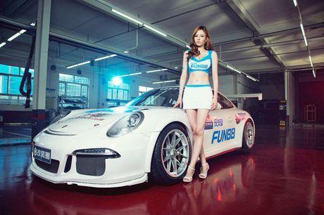 Ngam than hinh dong ho cat sexy ben Porsche 911 GT3 - Anh 1