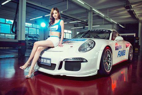 Ngam than hinh dong ho cat sexy ben Porsche 911 GT3 - Anh 2