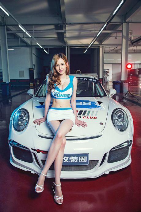 Ngam than hinh dong ho cat sexy ben Porsche 911 GT3 - Anh 3