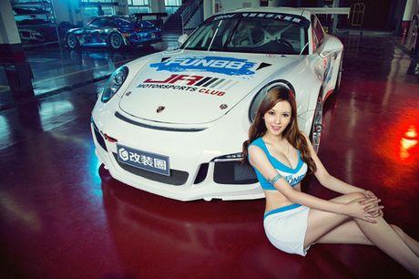 Ngam than hinh dong ho cat sexy ben Porsche 911 GT3 - Anh 4