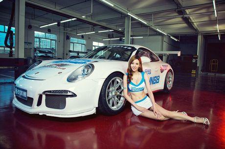 Ngam than hinh dong ho cat sexy ben Porsche 911 GT3 - Anh 5