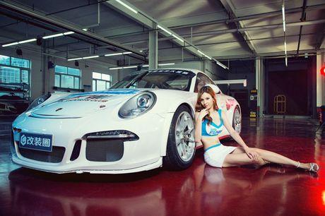 Ngam than hinh dong ho cat sexy ben Porsche 911 GT3 - Anh 6