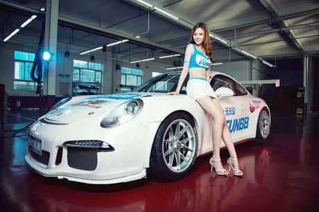 Ngam than hinh dong ho cat sexy ben Porsche 911 GT3 - Anh 7