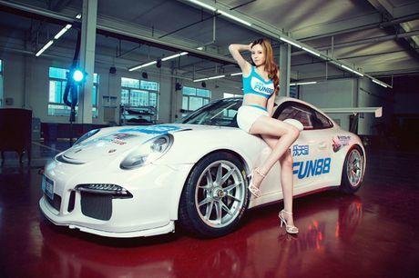 Ngam than hinh dong ho cat sexy ben Porsche 911 GT3 - Anh 8