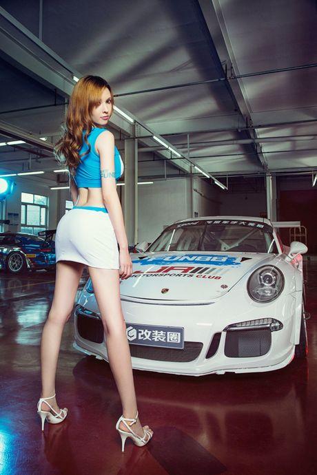 Ngam than hinh dong ho cat sexy ben Porsche 911 GT3 - Anh 9