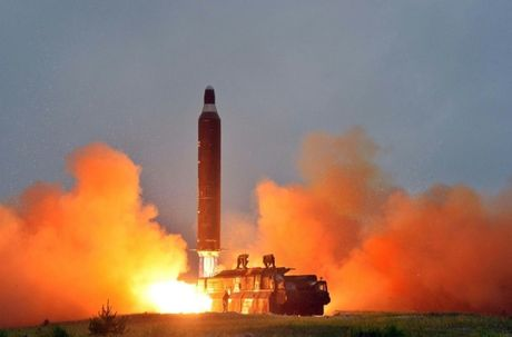 Kim Jong-un dieu tra tim the luc khien 7 ten lua ban xit - Anh 1