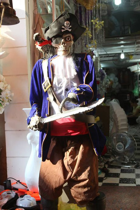 Do choi ma quy ngap tran pho co Ha Noi truoc ngay Halloween - Anh 7