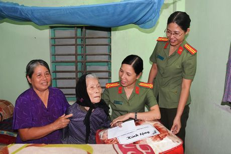 CATP Da Nang nhan phung duong Me Viet Nam Anh hung Truong Thi Cong - Anh 1