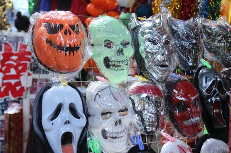 "Bi ngo Halloween, mat na ""ma quy"" len ngoi tren pho Hang Ma - Anh 11"
