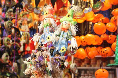 "Bi ngo Halloween, mat na ""ma quy"" len ngoi tren pho Hang Ma - Anh 12"