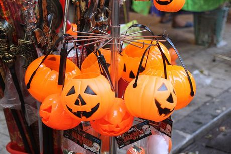 "Bi ngo Halloween, mat na ""ma quy"" len ngoi tren pho Hang Ma - Anh 1"