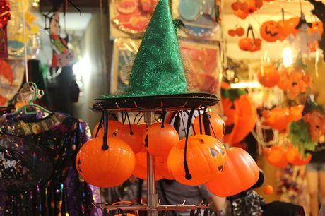 "Bi ngo Halloween, mat na ""ma quy"" len ngoi tren pho Hang Ma - Anh 4"