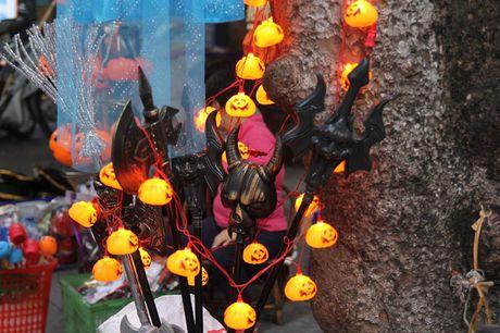 "Bi ngo Halloween, mat na ""ma quy"" len ngoi tren pho Hang Ma - Anh 5"