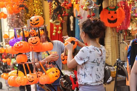 "Bi ngo Halloween, mat na ""ma quy"" len ngoi tren pho Hang Ma - Anh 7"