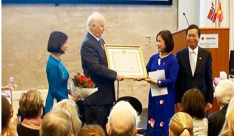 Viet Nam trao tang cuu Bo truong Ngoai giao Na Uy Huan chuong Huu nghi - Anh 1
