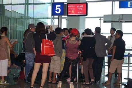 Bi delay gan 10 tieng, hanh khach lam don to Vietjet Air vo trach nhiem - Anh 2