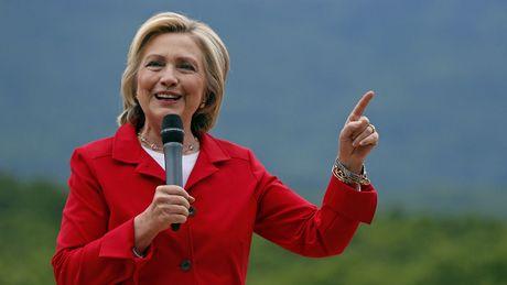 FBI dieu tra vu email, ba Hillary gap thu thach hay 'van may lon' ngay truoc them bau cu? - Anh 2
