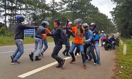 Nhom phuot nhay giua duong Tay Nguyen gay tranh cai - Anh 1