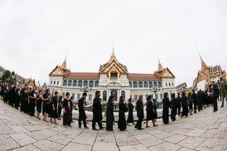 Hang chuc nghin nguoi Thai do ve hoang cung vieng linh cuu nha vua - Anh 1
