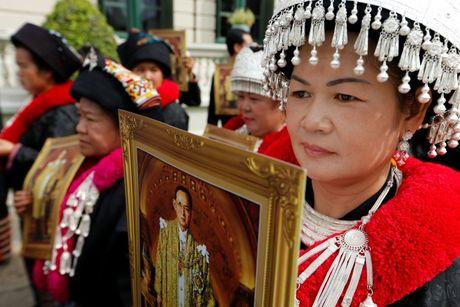 Hang chuc nghin nguoi Thai do ve hoang cung vieng linh cuu nha vua - Anh 6
