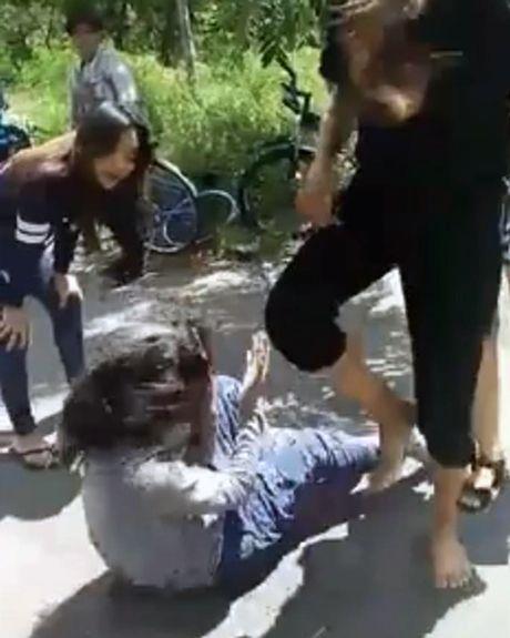 Nu sinh Sai Gon bi danh hoi dong, cham thuoc vao tay - Anh 2