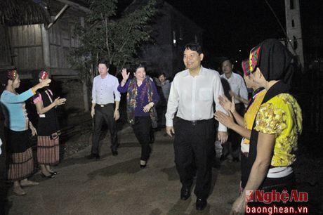 Pho Chu tich Quoc hoi Tong Thi Phong nhay sap cung dan ban Con Cuong - Anh 1