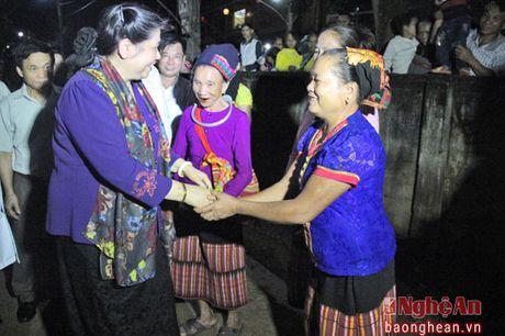 Pho Chu tich Quoc hoi Tong Thi Phong nhay sap cung dan ban Con Cuong - Anh 2
