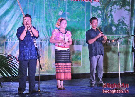 Pho Chu tich Quoc hoi Tong Thi Phong nhay sap cung dan ban Con Cuong - Anh 3