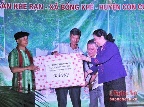 Pho Chu tich Quoc hoi Tong Thi Phong nhay sap cung dan ban Con Cuong - Anh 7