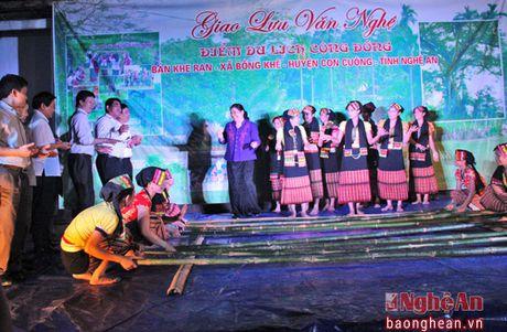Pho Chu tich Quoc hoi Tong Thi Phong nhay sap cung dan ban Con Cuong - Anh 8