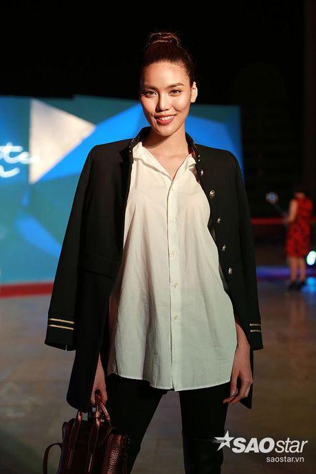 Dan my nhan Viet long lay khoe dang, do sac tren tham do show dien thoi trang - Anh 11