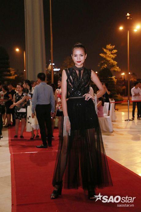 Dan my nhan Viet long lay khoe dang, do sac tren tham do show dien thoi trang - Anh 14