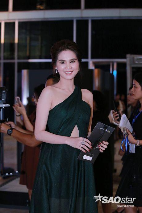 Dan my nhan Viet long lay khoe dang, do sac tren tham do show dien thoi trang - Anh 1