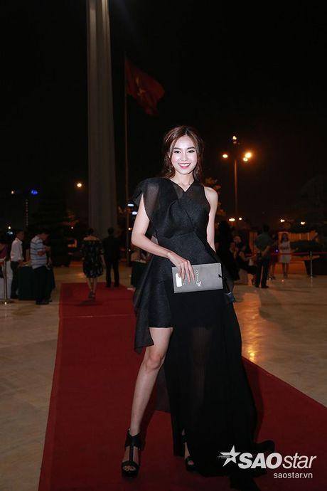 Dan my nhan Viet long lay khoe dang, do sac tren tham do show dien thoi trang - Anh 5