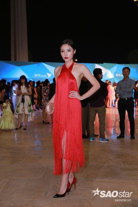 Dan my nhan Viet long lay khoe dang, do sac tren tham do show dien thoi trang - Anh 6