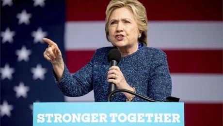 FBI lai dieu tra email cua ba Clinton - Anh 1