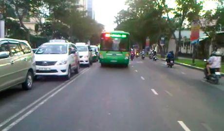 Ong Tay 'gan do' dam giua duong chan xe nguoi Sai Gon chay sai luat - Anh 3